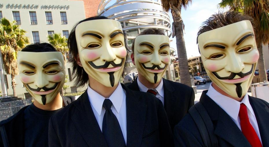 des-membres-du-groupe-anonymous-portant-le